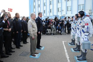 """2 de septiembre de 2015: Los tripulantes de la """"Soyuz TMA-18M"""" se reportan ante los funcionarios de Roscosmos antes de abordar la nave. Foto: S.P. Korolev/RSC Energia."""