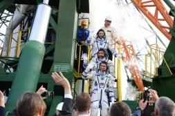 2 de septiembre de 2015: Los tripulantes de la Soyuz TMA-18M conformados por el astronauta de la ESA Andreas Mogensen, el cosmonatua kazajo Aidyn Aimbétov y el comandante de la nave espacial Serguéi Vólkov de Roscosmos, se despiden de la audiencia que los felicita y despide en la plataforma de lanzamiento 1 de Baikonur, Kazajstán. Crédito de la imagen: S.P. Korolev/RSC Energia.