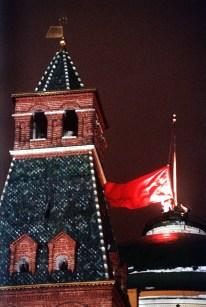 25 de Diciembre de 1991: Pocos minutos después de la dimisión de Gobachov la bandera de la URSS es arriada por última vez, un acto simbólico que marca la desaparición de una de las naciones mas poderosas que el mundo ha visto. A diferencia de los grandes imperios y reinos de la historia; en 1991 la URSS desapareció en pocos días y de forma pacífica. Foto: © ITAR-TASS.