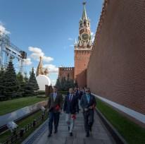 01 de Septiembre de 2016: Los miembros de la Expedición 49 caminan cerca de las paredes del Kremlin en la Plaza Roja de Moscú, durante una visita para rendir homenaje y depositar flores en el lugar donde están enterrados los íconos espaciales rusos, como parte de las ceremonias previas a su lanzamiento. Crédito de la imagen: NASA / Bill Ingalls.