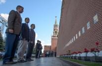 01 de Septiembre de 2016: Los miembros de la Expedición 49 cerca de las paredes del Kremlin en la Plaza Roja de Moscú, durante una visita para rendir homenaje y depositar flores en el lugar donde están enterrados los íconos espaciales rusos, como parte de las ceremonias previas a su lanzamiento. Crédito de la imagen: NASA / Bill