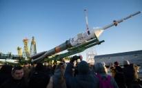 16 de Octubre de 2016: El cohete con la nave espacial Soyuz MS-02 es colocado en la plataforma de lanzamiento en el Cosmódromo de Baikonur en Kazajstán. Crédito de la imagen: NASA / Joel Kowsky.