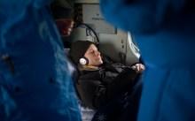 La astronauta de la NASA Kate Rubins descansa en un helicóptero de rescate MI-8, poco después de aterrizar en un área remota cerca la ciudad de Zhezkazgan. Crédito de la imagen: NASA / Bill Ingalls.