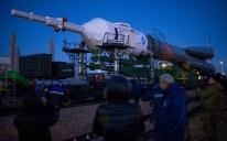 16 de Octubre de 2016: El cohete con la nave espacial Soyuz MS-02 es llevado en tren, rumbo a la plataforma de lanzamiento en el Cosmódromo de Baikonur en Kazajstán. Crédito de la imagen: NASA / Joel Kowsky.