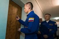 19 de Octubre de 2016: El comandante de la Soyuz, el cosmonauta Serguéi Rizhikov de ROSCOSMOS, firma la puerta de su habitación en el Hotel del Cosmonauta como parte de las tradiciones previas al lanzamiento. Crédito de la imagen: NASA / Joel Kowsky.