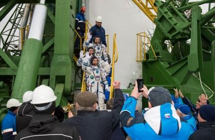 19 de Octubre de 2016: Los miembros de la Expedición 49 se despiden de la multitud antes de abordar la nave Soyuz MS-02 para su lanzamiento a la EEI desde el Cosmódromo de Baikonur, Kazajstán. Foto: NASA / Joel Kowsky.