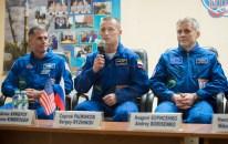 18 de Octubre de 2016: El comandante de la Soyuz Serguéi Rízhikov responde preguntas de los periodistas durante una conferencia de prensa junto a sus compañeros en cuarentena tras un cristal, a un día de su lanzamiento. Foto: NASA / Joel Kowsky.