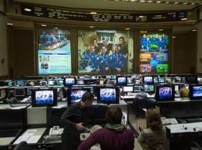 21 de Octubre de 2016: Contacto entre los miembros de la Expedición 49 y el Centro de Control de Misión Koroliov en Moscú, Rusia, unas pocas horas después de que la Soyuz MS-02 se acoplara a la estación Espacial Internacional. Crédito de la imagen: NASA / Joel Kowsky.