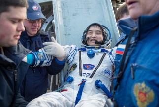 El astronauta japonés Takuya Onishi es ayudado a salir del módulo de descenso, momentos después de que aterrizara junto a sus compañeros de tripulación en un área remota cerca la ciudad de Zhezkazgan. Crédito de la imagen: NASA / Bill Ingalls.