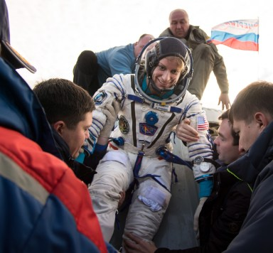La astronauta estadounidense Kate Rubins es llevada evacuada del móduo de descenso de la Soyuz, momentos después de que aterrizara junto a sus compañeros de tripulación en un área remota cerca la ciudad de Zhezkazgan. Crédito de la imagen: NASA / Bill Ingalls.