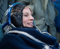 La astronauta de la NASA Kate Rubins, descansa en una silla, poco después de haber sido evacuada del módulo de descenso de la Soyuz. Crédito de la imagen: NASA / Bill Ingalls.