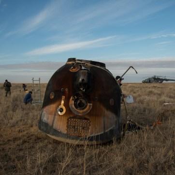 Los equipos de rescate llegan al módulo de descenso tripulado, poco después de que aterrizara en un área remota cerca la ciudad de Zhezkazgan. Crédito de la imagen: NASA / Bill Ingalls.