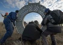 Los equipos de rescate preparan la escalera y tobogán para evacuar a los tripulantes del módulo de descenso de a Soyuz, poco después de que aterrizara en un área remota cerca la ciudad de Zhezkazgan. Crédito de la imagen: NASA / Bill Ingalls.