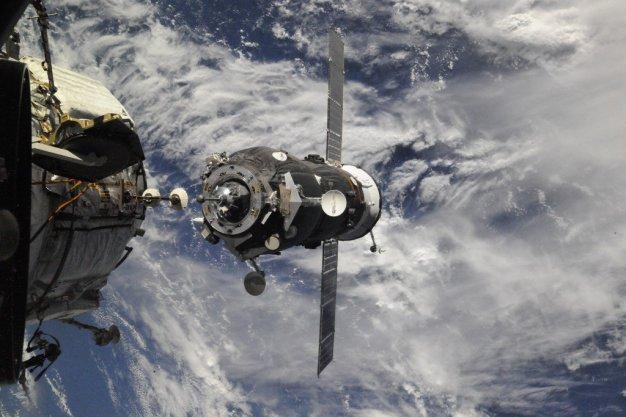 La nave Soyuz MS-02 a poco tiempo de hacer contacto con el módulo Poisk MRM-2. Foto: Roscosmos / Twitter.