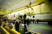 14 de Octubre de 2016: Completando la integración de la nave al vehículo de lanzamiento (VL): La torre de escape de emergencia durante el montaje con la etapa final del cohete portador Soyuz-FG. Foto: S.P. Korolev/RSC Energia.