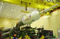 14 de Octubre de 2016: Completando la integración de la nave al vehículo de lanzamiento (VL): La primera y segunda etapa del cohete portador Soyuz-FG siendo integrada con las últimas dos etapas finales del cohete. Foto: S.P. Korolev/RSC Energia.
