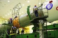 14 de Octubre de 2016: Completando la integración de la nave al vehículo de lanzamiento (VL): La tercera etapa es preparada siendo integrada al resto del cohete portador Soyuz-FG. Foto: S.P. Korolev/RSC Energia.