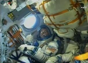 Robert Kimbrough durante el despegue del cohete Soyuz-FG, arriba a su izquierda un modelo a escala de la nave Federátsia. Foto: NASA TV.