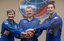 16 de Noviembre de 2016: La tripulación de la Expedición 50 posa para fotos durante una conferencia de prensa en cuarentena tras un cristal, a un día de su lanzamiento desde el cosmódromo de Baikonur en Kazajstán. Crédito de la imagen: NASA / Bill Ingalls.