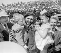 El Primer Ministro de Cuba, Fidel Castro es fotografiado junto a unos niños durante su visita a Volgogrado. Foto: Vladímir Savostyanov / ITAR-TASS.