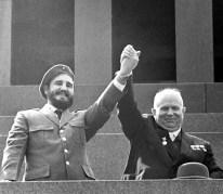 Fidel Castro y Nikita Jrushchov saludan a la gente desde la Tribuna del Mausoleo de Lenin, Moscú, RSFS de Rusia, Unión Soviética, 1 de Enero de 1962: Foto: ITAR-TASS.