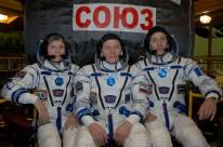 02 de Noviembre de 2016: Los miembros de la Expedición 50, habiéndose puesto sus trajes Sokol, posan para fotos frente su nave espacial Soyuz MS-03 durante un ensayo general de ajustes realizado por la tripulación en las instalaciones de montaje del Cosmódromo de Baikonur, en Kazajstán. Crédito de la imagen: NASA / Alexander Vysotsky.