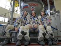 25 de Octubre de 2016: Los miembros de la Expedición 50, posan ante las cámaras, delante del simulador de la Soyuz durante sus exámenes para calificaciones finales. Crédito de la imagen: NASA / Bill Ingalls.