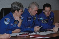 10 de Noviembre de 2016: Los miembros de la Expedición 50 revisan los planes del vuelo espacial. Crédito de la imagen: NASA / Alexander Vysotsky.