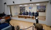 16 de Noviembre de 2016: La tripulación de la Expedición 50 y su tripulación de respaldo en cuarentena tras un cristal, durante una reunión con la Comisión Estatal para aprobar la misión, faltando un día para el lanzamiento desde el cosmódromo de Baikonur en Kazajstán. Crédito de la imagen: NASA / Bill Ingalls.