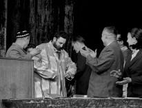 El Primer Ministro de Cuba, Fidel Castro examina un traje tradicional durante su visita a la RSS de Uzbekistán, Unión Soviética. Foto: L. Derzhavich / ITAR-TASS.