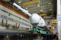 13 de Noviembre de 2016: Completando la integración de la nave al vehículo de lanzamiento (VL): Tercera y última etapa siendo integrada al resto del cohete. Foto: S.P. Korolev/RSC Energia.
