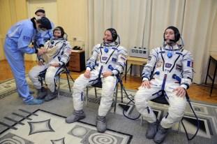 17 de Noviembre de 2016: Los tripulantes de la Expedición 50 metidos en sus trajes intravehiculares Sokol durante los últimos ajustes y verificación en la presión de sus trajes, poco antes de su lanzamiento a la EEI desde el Cosmódromo de Baikonur. Foto: S.P. Korolev/RSC Energia.