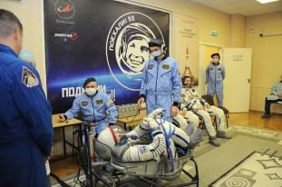 17 de Noviembre de 2016: Thomas Pesquet durante los últimos ajustes y verificación en la presión de su traje intravehicular Sokol, poco antes de su lanzamiento a la EEI desde el Cosmódromo de Baikonur. Foto: S.P. Korolev/RSC Energia.