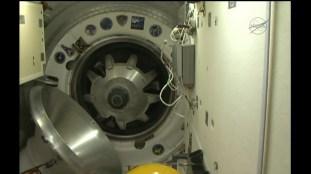 Apertura de la escotilla del módulo Rassvet MRM-1. Foto: NASA TV.
