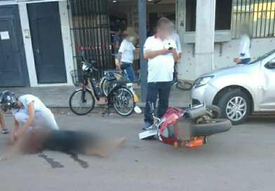 Unaí – Motorista abre porta do veículo e motociclista não consegue evitar batida e fica caída na rua