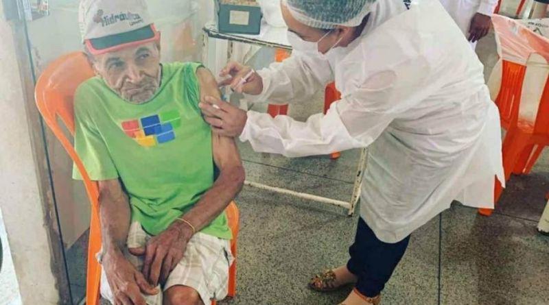 Aos 110 anos, cidadão mais velho de Unaí é vacinado contra a Covid-19