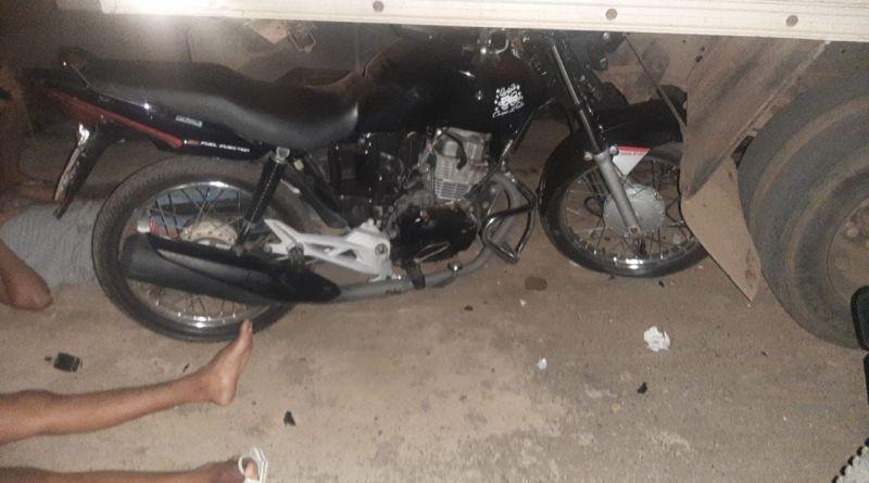 Motociclista bate contra caminhão estacionado no bairro Primavera em João Pinheiro