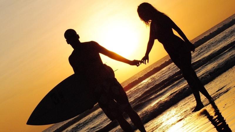 coucher de soleil surf couple