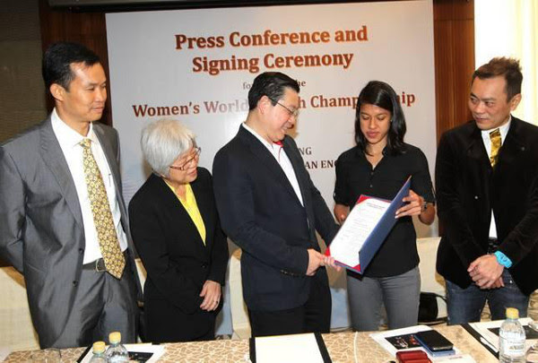 Pictured during the signing ceremony in Kuala Lumpur are (left to right) Penang Squash Association president Huang Yin How; Penang state exco for Youth and Sports, Women, Family and Community Development Chong Eng; Penang Chief Minister Lim Guan Eng; world champion Nicol David and event director Thomas Chan