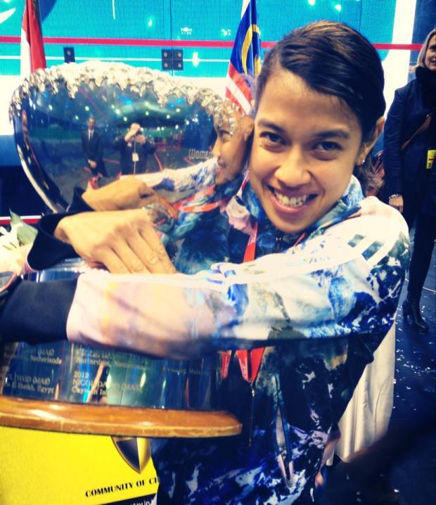 Nicol David hugs the world trophy