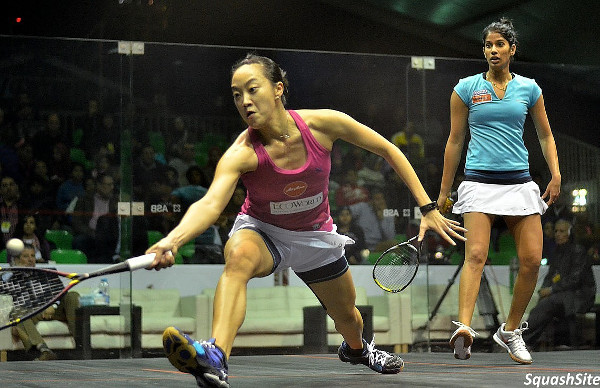 Low Wee Wern moves forward against Joshna Chinappa