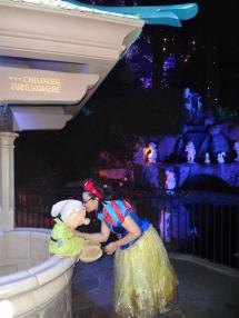Snow White Kissing Dopey Disneyland Squeakyt Adventures