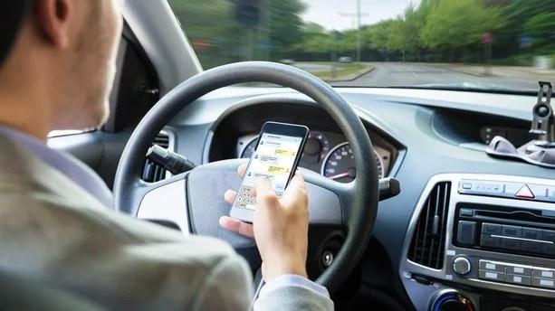 Read more about the article Téléphone au volant : arrêter son véhicule et couper le moteur ne suffit plus !
