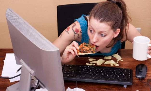 Déjeuner au travail devant son ordinateur redevient (temporairement) légal