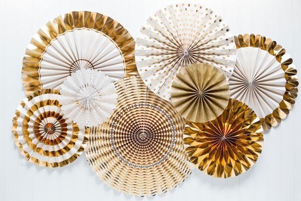 Conjunto de abanicos dorados para decorar fiestas o bodas