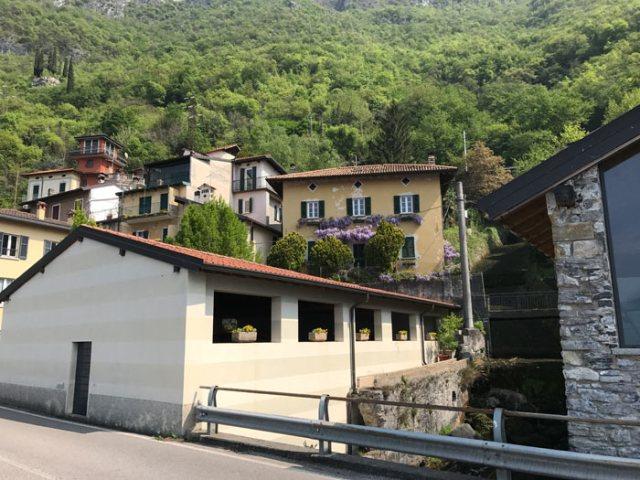 Fiumelatte è una frazione di Varenna conosciuta per il secondo fiume più breve d'Italia