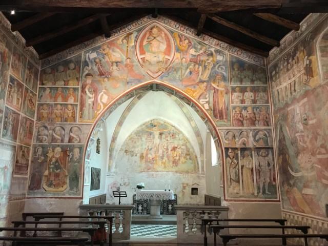 Mandello del Lario ha stupendi affreschi medievali nella Chiesa di San Giorgio