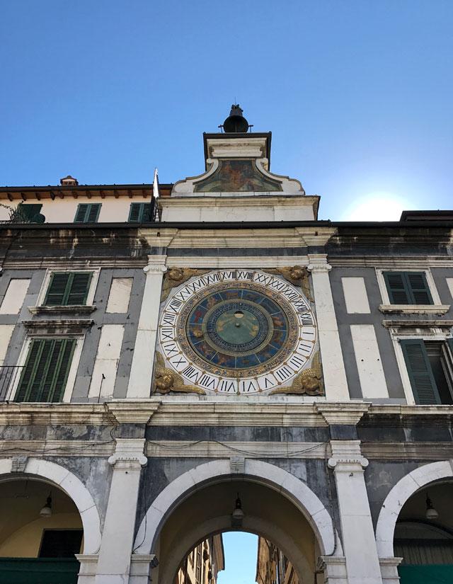 La meravigliosa Piazza della Loggia, salotto e simbolo della città, è tra le cose da vedere a Brescia in un giorno