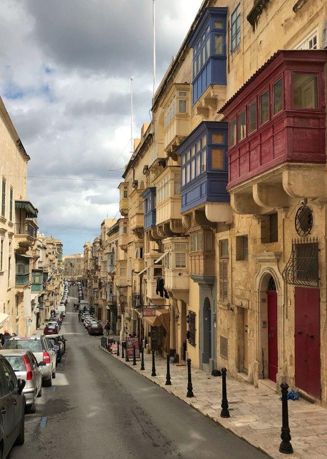 Una delle cose che rimangono più impresse di Malta sono i finestroni colorati delle case