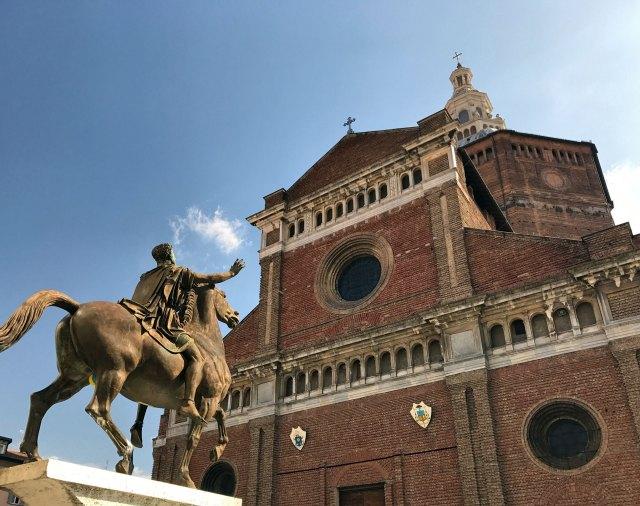 Cosa vedere a Pavia? Di certo il suo Duomo, con la cupola che si vede da lontano